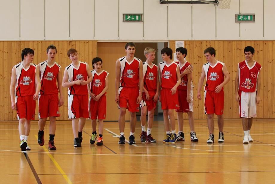 Tým basketbal v dresech vyrobených Bison Sportswear.