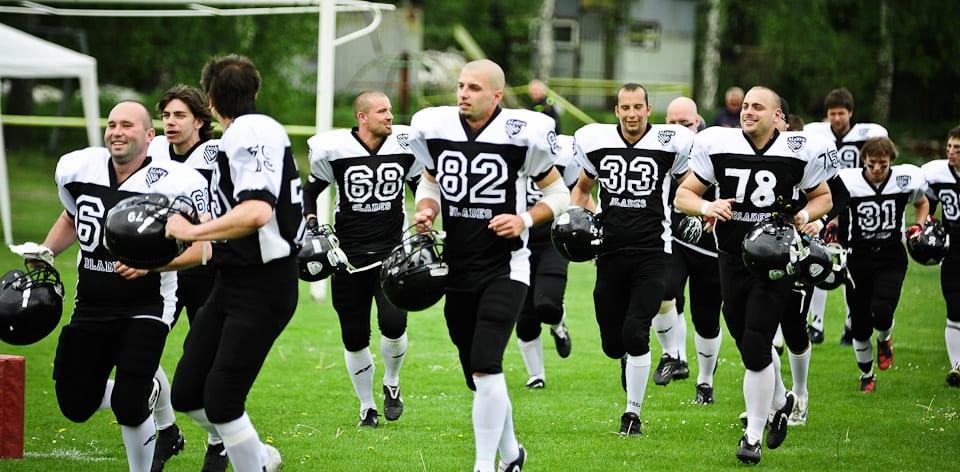 Tým amerického fotbalu v dresech Bison Sportswear.