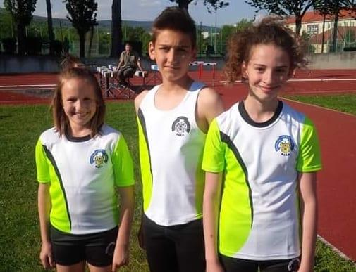 Běžecký tým v dresech Bison Sportswear.