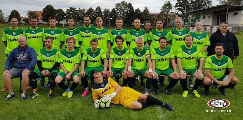 Fotbalový tým v dresech Bison Sportswear.