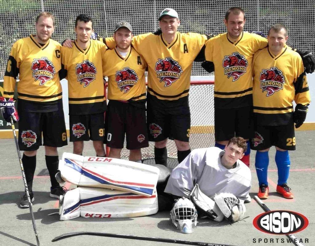 Hokejbalový tým v dresech od výrobce Bison Sportswear